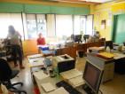 Uno dei due uffici amministrativi, con computer ammassati l'uno accanto all'altro