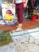 giuliana mostra col piede il dislivello di circa 4 centimetri
