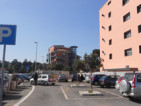 Un parcheggiatore abusivo su via Belon