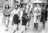 """01-00074537000018 - 25 APRILE 1945 LA LIBERAZIONE - MILANO - TRE RAGAZZE TRA CUI LU' LEONE AGGREGATE AI GRUPPI PARTIGIANI , IN PIAZZA BRERA MENTRE PERLUSTRANO LA CITTA' INSIEME AI """"GAPPISTI"""" - 26 APRILE 1945 ."""