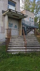 L'ingresso all'ex scuola murato