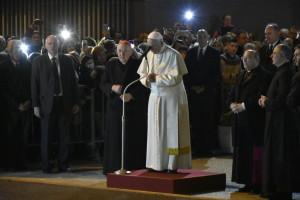 Il papa durante la preghiera con i fedeli rimasti fuori
