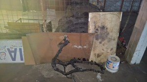 carcassa-di-motorino-bruciato-insieme-ad-altri-rifiuti-pericolosi