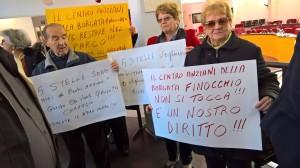 commissione-i-cartelli-per-difendere-il-centro-anziani