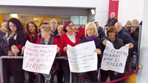 consiglio-gli-anziani-manifestano-in-difesa-del-centro